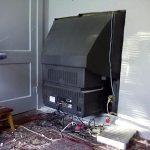 Instalando una television pantalla plana.