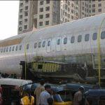 Boeing 737 abandonado en una calle de Mumbai
