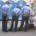 Policias comprando pirateria