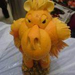 Figuras creativas hechas de naranjas