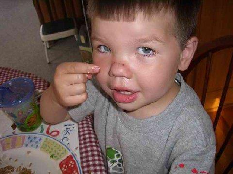 niño nariz tenedor