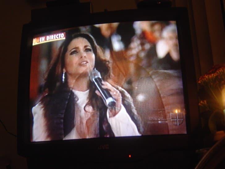 lucero cantando en la tv