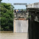 Cae puente en Veracruz, 8 muertos.