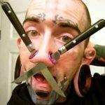 Tatuajes y modificaciones corporales extremas.