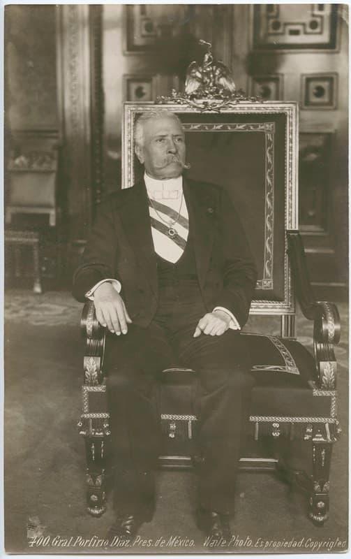 Porfirio Diaz sentado en la silla presidencia