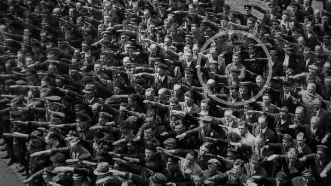 August Landmessser el aleman cruzado de brazos