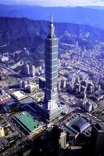 es actualmente la estructura ms alta construida por el hombre y se ubica en el distrito downtown burj khalifa de la ciudad de dubi en emiratos rabes