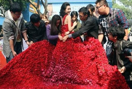 Vestido hecho de 9999 rosas (2)