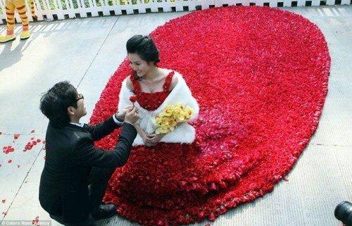 Vestido hecho de 9999 rosas (1)