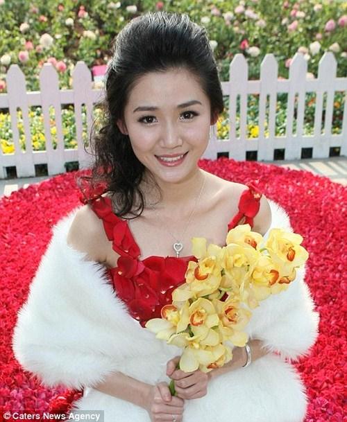Vestido hecho de 9999 rosas (4)