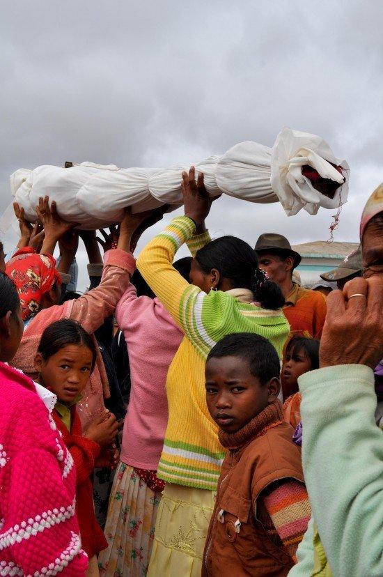 Famadihana en Magascar, el baile de la muerte Famadihana-Madagascar
