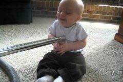 Bebé encuentra la aspiradora ridículamente divertida