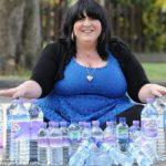 Mujer adicta al agua, toma 25 litros al día