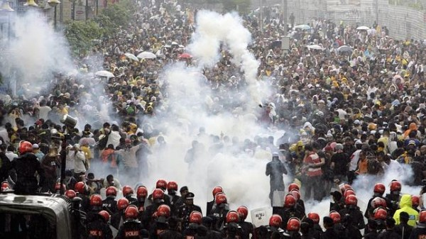 protesta multitud lacrimogeno