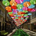 La calle de las sombrillas en Portugal