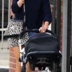 Rubia sale a pasear con su bebé (5)