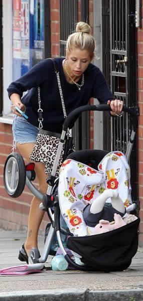 Rubia sale a pasear con su bebé (4)