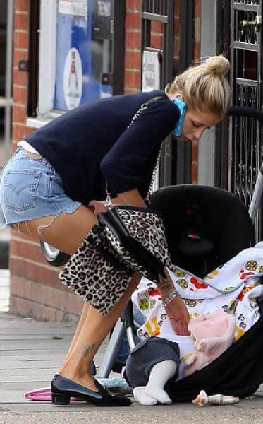 Rubia sale a pasear con su bebé (3)