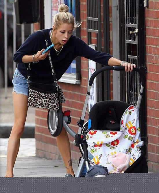 Rubia sale a pasear con su bebé (1)