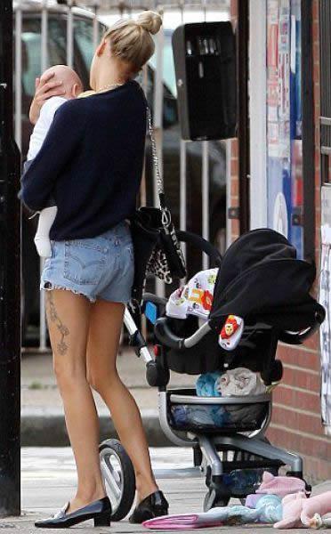 Rubia sale a pasear con su bebé (2)