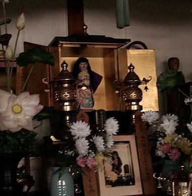 altar muñeca Okiku