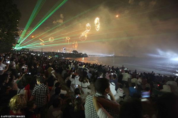 Kuwait fuegos artificiales jubileo oro (7)