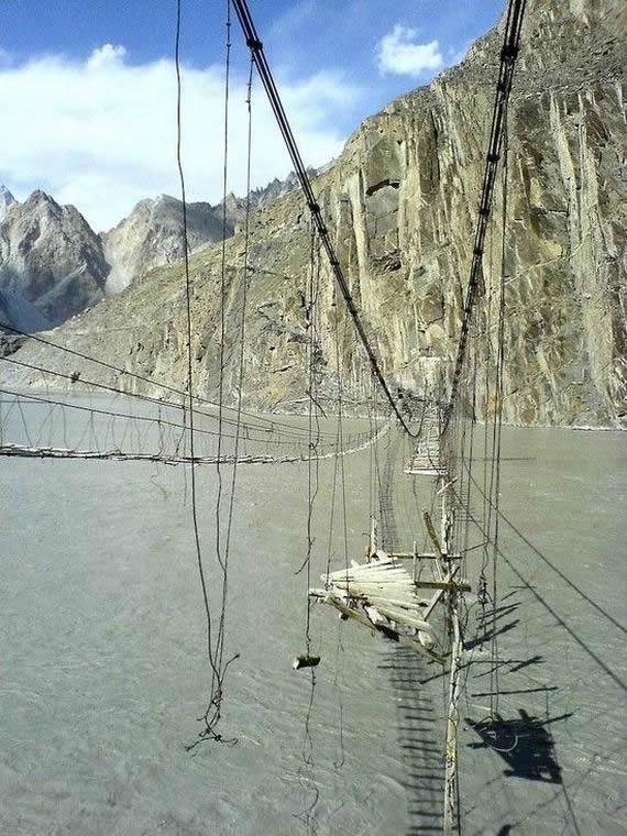 puente colgante peligroso (3)