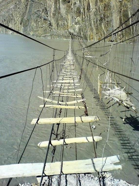 puente colgante peligroso (2)