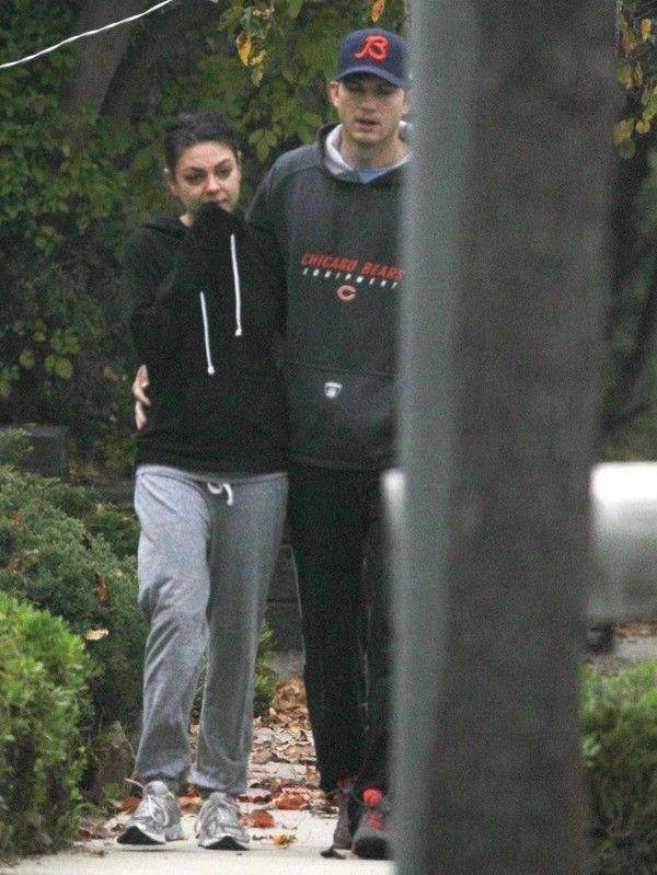 Mila Kunis sin maquillaje paseando (6)