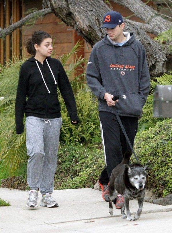 Mila Kunis sin maquillaje paseando (1)