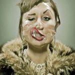 Retratos divertidos con rostros envueltos en cinta