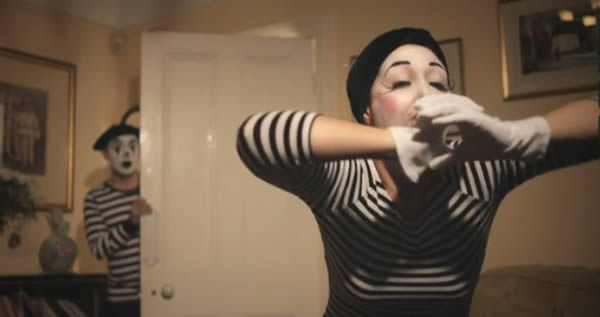 The girl is mime corto