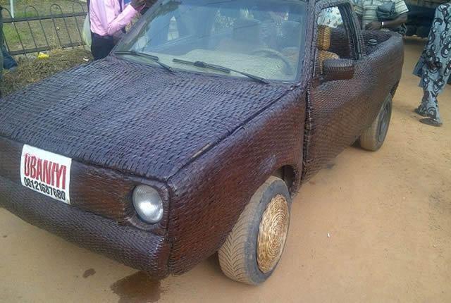 Auto cubierto con fibra de rafia en Nigeria (10)