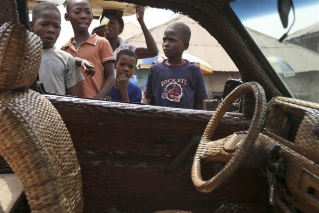 Auto cubierto con fibra de rafia en Nigeria (9)