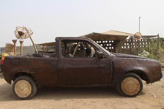 Auto cubierto con fibra de rafia en Nigeria (8)