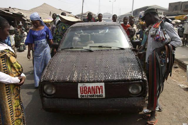 Auto cubierto con fibra de rafia en Nigeria (7)
