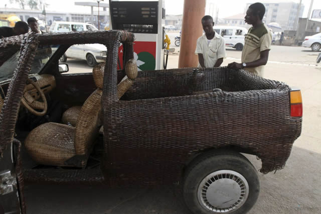 Auto cubierto con fibra de rafia en Nigeria (1)
