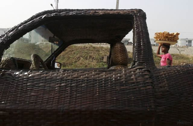Auto cubierto con fibra de rafia en Nigeria (6)