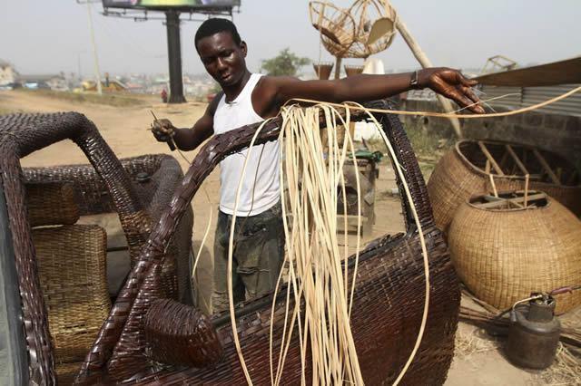 Auto cubierto con fibra de rafia en Nigeria (5)