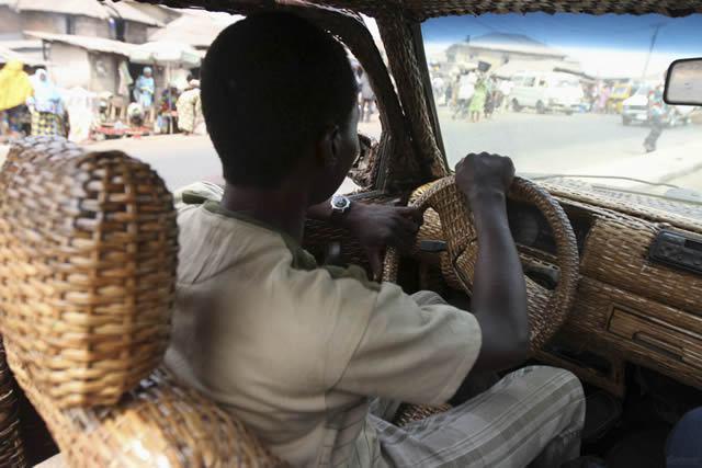 Auto cubierto con fibra de rafia en Nigeria (4)