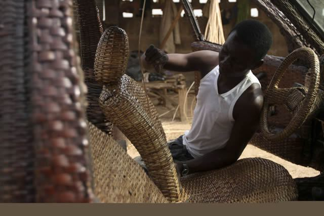Auto cubierto con fibra de rafia en Nigeria (3)