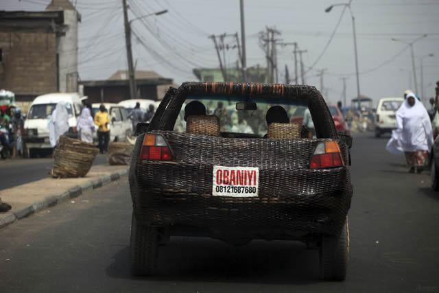 Auto cubierto con fibra de rafia en Nigeria (2)