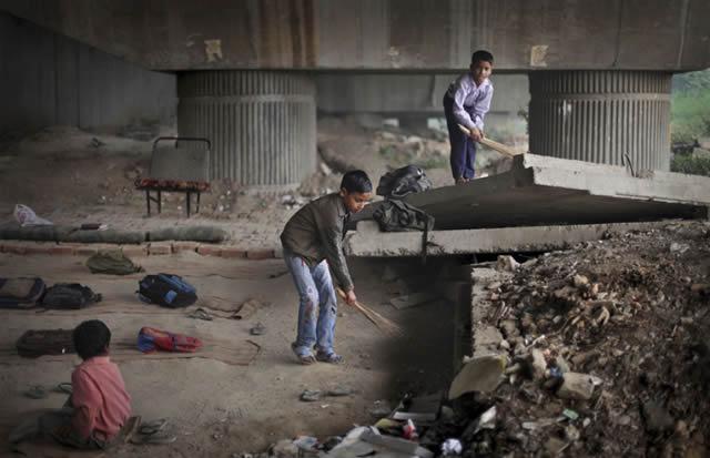 escuela bajo puente India (1)