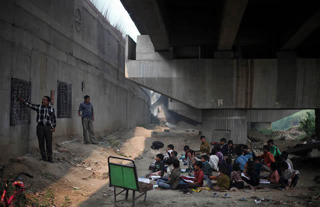 escuela bajo puente India (3)