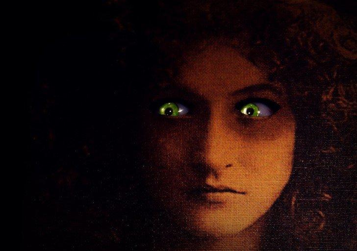 ojos inquietantes en la oscuridad