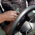 Policía mexicano extorsionando a un estadounidense