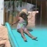 Dejando huella en la piscina