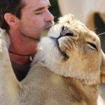 Kevin Richardson amigo de Leones (6)