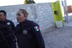 Mujer policía que patea a una ciudadana