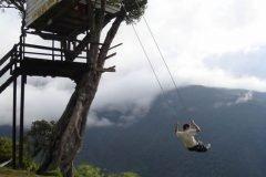 Colgando sobre el borde de un acantilado en Ecuador